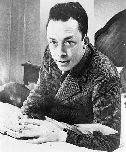 420px-Albert_Camus%2C_gagnant_de_prix_Nobel%2C_portrait_en_buste%2C_pos%C3%A9_au_bureau%2C_faisant_face_%C3%A0_gauche%2C_cigarette_de_tabagisme