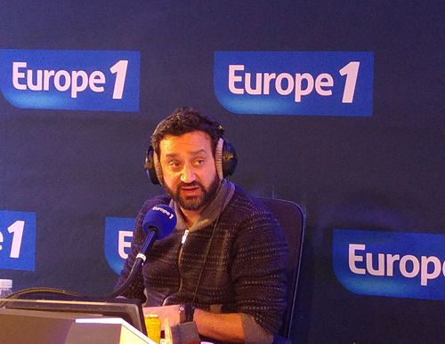 500px-Cyril_Hanouna_lors_d%27un_enregistrement_d%27une_%C3%A9mission_de_radio