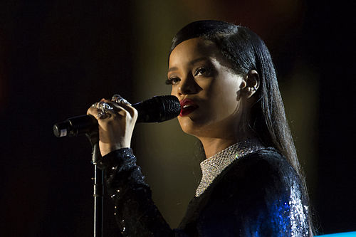 500px-Rihanna_concert_in_Washington_DC_%282%29